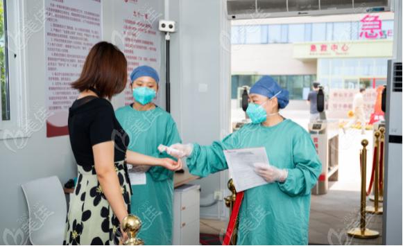 西安国 际医学中心给患者测温